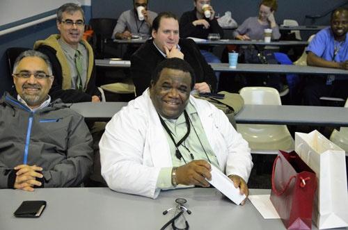 前列右がマホニー医師。2列目左が上司のフォロンジー助教授