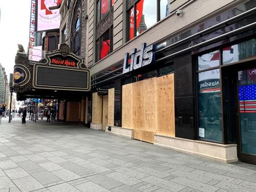 店舗は強奪を恐れてか、木の板で窓ガラスを防御していた