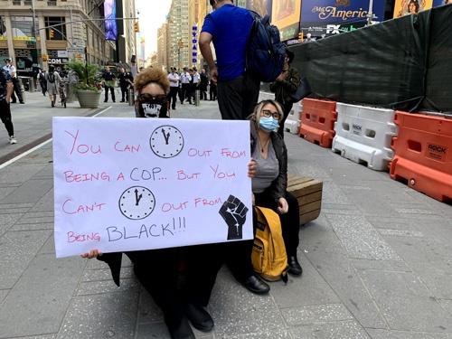 抗議に参加していたニューヨーク出身のジゼル・フランシスコさん(左)