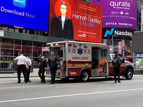 警官が呼んだとみられる救急車が到着し、ホームレスとみられる男性が運び込まれていた。抗議デモのような群衆は見当たらない