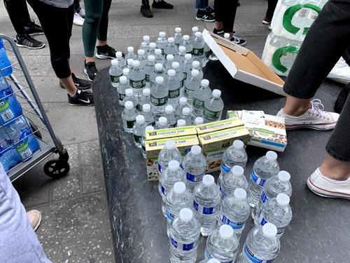 抗議者によって持ち込まれた大量の水。置いていった女性に話しかけると「近くのお店で買ってきた。みんなへの差し入れ」とのこと