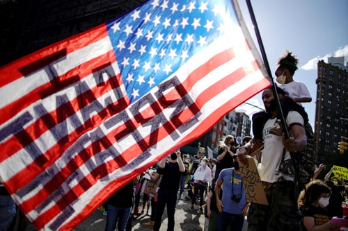 ニューヨーク市内では7日も大規模集会が開かれた(写真:ロイター/アフロ)