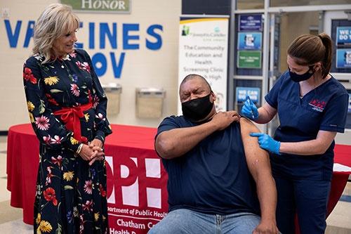 デルタ型の流行で再び感染拡大の脅威が迫る。ジョー・バイデン米大統領夫人のジル氏は2021年7月8日、ワクチン接種会場を視察し、接種を呼び掛けた(写真:代表撮影/ロイター/アフロ)