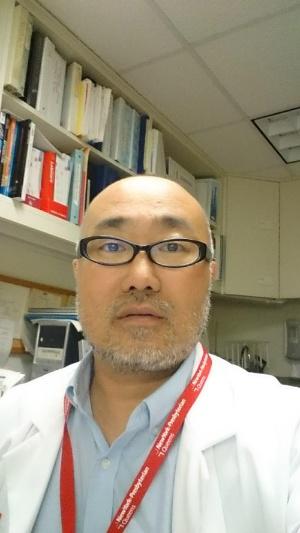 "<span class=""fontBold"">斎藤孝医師</span><br> 日本で総合商社に勤務後、米国駐在を経て、40歳を過ぎてから米国の医科大学に進学。卒業後にニューヨーク市ブロンクス地区の病院で内科研修修了。ニューヨーク市クイーンズ地区の病院で感染症フェローとしてエイズや結核などの感染症患者の治療に従事後、20年からニュージャージー州の大学病院で感染症臨床医・指導医を務める。"
