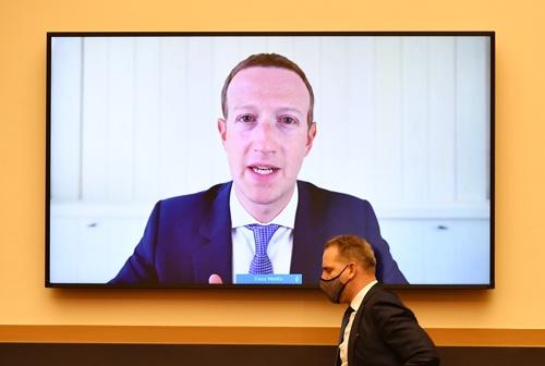 オンラインでの公聴会で証言するフェイスブックのザッカーバーグCEO(写真:代表撮影/ロイター/アフロ)