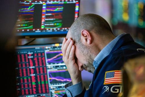 20日、株価が大幅に下落したニューヨーク証券取引所のトレーダー(写真:Bloomberg/Getty Images)