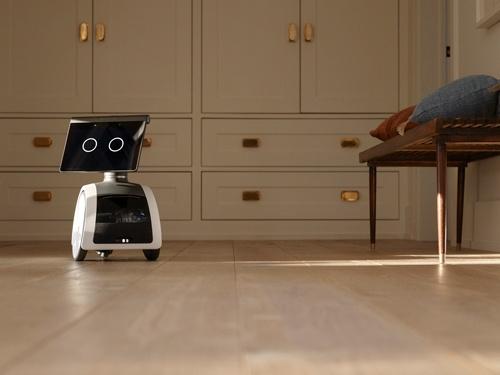 アマゾンが2021年内に米国で発売する小型ロボット「アストロ」。家の中を自動で動き回り室内を監視する。音声AI「アレクサ」によるコミュニケーションも可能だ