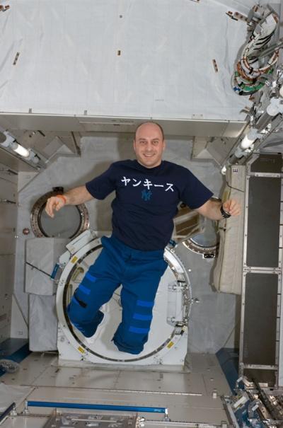 "<span class=""fontBold"">ギャレット・リースマン氏</span><br> 1998年、米航空宇宙局(NASA)の宇宙飛行士に。2008年と10年に国際宇宙ステーション(ISS)に滞在。ISSで日本の実験棟「きぼう」設置にも携わった。11~18年までスペースX勤務。NASAとの橋渡しや、有人宇宙船の打ち上げを準備するチームを率いるディレクター・オブ・スペース・オペレーションズを務めた。現在はスペースX顧問、南カリフォリニア大学教授。"