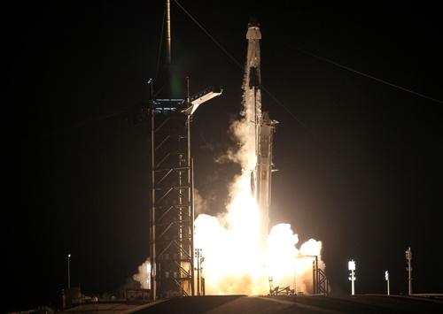 11月15日に日本人宇宙飛行士の野口聡一氏を乗せて打ち上げられたスペースXの「クルードラゴン」(写真:ロイター/アフロ)