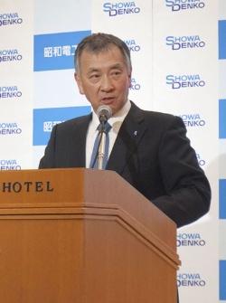 日立化成買収を発表する昭和電工の森川宏平社長(写真:共同通信)
