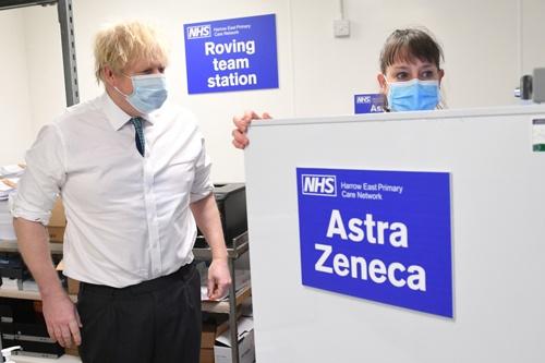 英アストラゼネカの新型コロナウイルスワクチンの接種を視察するジョンソン英首相(写真:代表撮影/ロイター/アフロ)