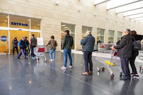 スーパーマーケットが人数制限し、店の外で並ぶ人たちも1メートル以上の間隔を空けている(写真=ユニフォトプレス)