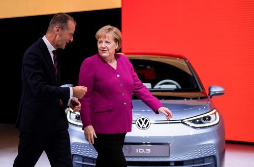 ドイツのメルケル首相とフォルクスワーゲンのヘルベルト・ディース社長は、ドイツのEVシフトを進めてきた(写真:picture alliance/アフロ)