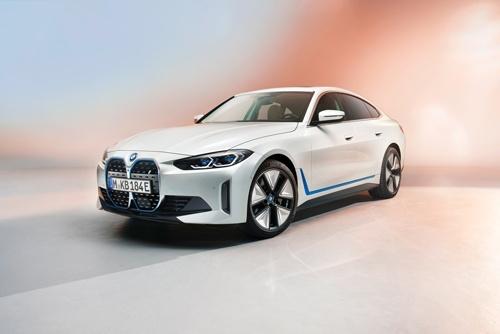 BMWは17日、クーペの新型EV「i4」を発表した