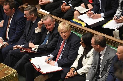 英下院ではジョンソン首相を含め議員たちが密集、密着して議論する。新型コロナの感染拡大で4月21日まで閉鎖する(写真:Jessica Taylor/UK Parliament/ロイター/アフロ)