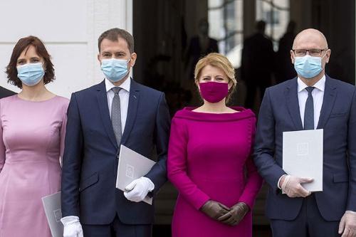 東欧諸国では外出時のマスク着用が義務づけられている。スロバキアでは新政権が誕生し、就任式典の際に閣僚全員がマスクを着用した(写真:CTK/共同通信イメージズ )