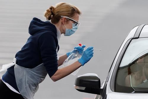 他国より遅れたものの、英国でもドライブスルー方式の新型コロナ検査が実施されるようになった(写真:ロイター/アフロ)