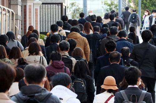 安倍晋三首相が緊急事態宣言を発令した後も、通勤や買い物で人出が多い場所はある(写真:つのだよしお/アフロ)