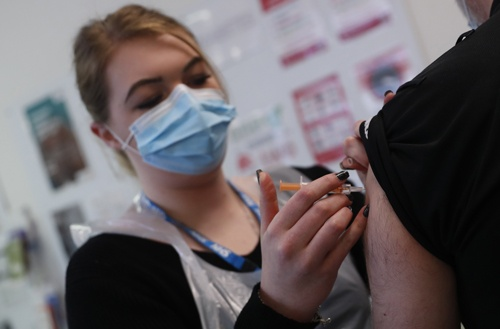英国では2850万回分の英アストラゼネカ製ワクチンが接種されている。一般的な冷蔵庫で保管でき、米ファイザー製などより運搬や保管が容易なうえに安価であるため、途上国も含めた多くの国で接種されている。(写真:AP/アフロ)