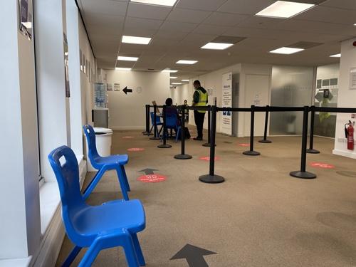 ロンドンの自宅から5分の接種会場。入場から15分ほどで接種が終わった