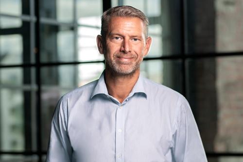 "<span class=""fontBold"">ピーター・カールソン氏</span>。2011年~15年まで米テスラの調達担当幹部。16年にノースボルトを創業し、CEOに就任。"