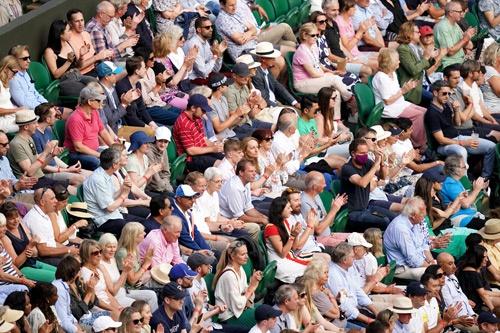 ウィンブルドン選手権の観客席。マスクを着用せず、雰囲気は例年とあまり変わらない(写真:PA Images/アフロ)