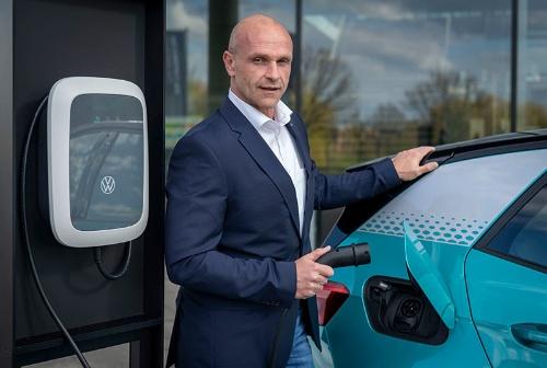 1992年VW入社。主に生産部門を担当し、2014年からVW乗用車ブランド取締役。21年2月から現職。EV開発を主導する。