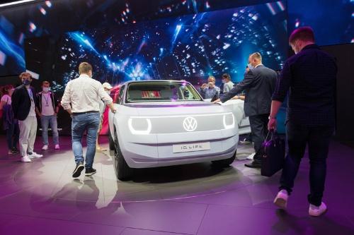 独ミュンヘン国際モーターショーで、フォルクスワーゲンの新型EV「ID.ライフ」に集まる来場者たち(写真:Mari Kusakari)
