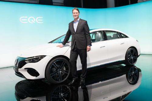 ダイムラーのオラ・ケレニウス社長と新型EV「EQE」のコンセプト車(写真:Mari Kusakari)