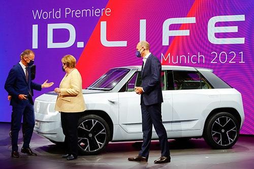 ドイツのメルケル首相は7日、ミュンヘンの国際自動車ショーを訪問し、ドイツメーカーの電気自動車をアピールした。(写真:ロイター/アフロ)