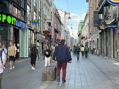 デンマークのコペンハーゲンでは、屋内外を問わずマスクをしている人はほとんどいない