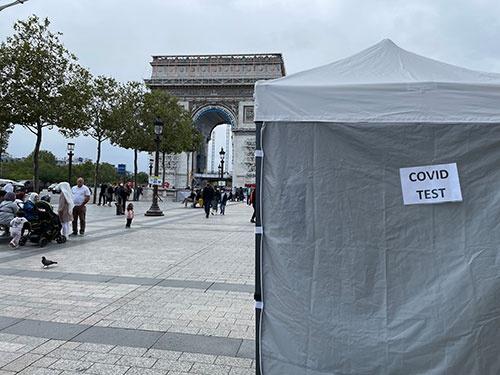 フランス・パリのシャンゼリゼ通りには、100メートルぐらいの間隔で臨時の検査会場が設営されている