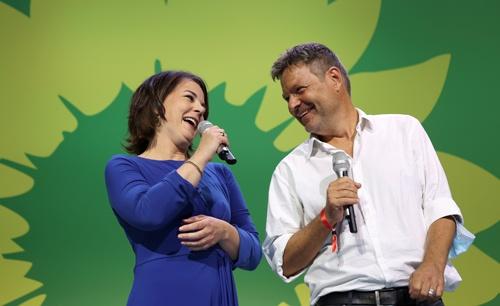 ドイツの緑の党は、26日投開票のドイツ総選挙で最も得票率を伸ばした。選挙結果に喜ぶ共同党首のベーアボック氏(左)とハーベック氏(右)(写真:ロイター/アフロ)