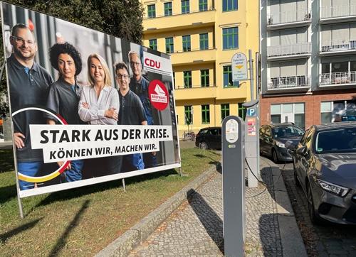 ドイツの首都ベルリンにあるキリスト教民主同盟(CDU)の選挙看板と充電ステーション。同党はEVシフトを進めてきた