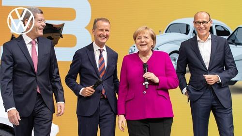 メルケル首相は国際自動車ショーなどに積極的に参加し、自動車産業との蜜月をアピールしてきた