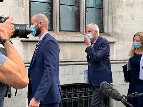 9月10日にロンドンの国会議事堂近くを歩くEUのバルニエ首席交渉官(写真中央のマスクに手を当てる男性)