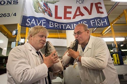 16年6月の英国のEU離脱を問う国民投票の前に、ジョンソン氏(写真左)は様々な離脱キャンペーンを展開した(写真:Press Association/アフロ)