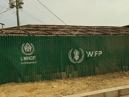 ロヒンギャ難民のキャンプにあるWFPのロゴ