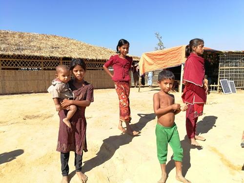 ロヒンギャ難民の人々。80万人もの難民が密集して暮らしている