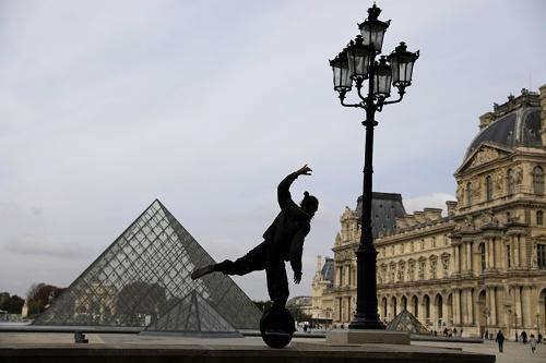 フランス・パリのルーヴル美術館前。同国政府は10月17日から少なくとも4週間、午後9時から午前6時までを外出禁止とした(写真:AP/アフロ)