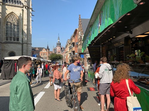 ベルギーのマルシェ(市場)ではマスク着用が義務化されている