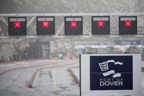 20日深夜から英国とフランスを結ぶドーバー海峡でトラックの往来が制限され、ドーバー港に向かう道ではトラックが待機を強いられた(写真:ロイター/アフロ)