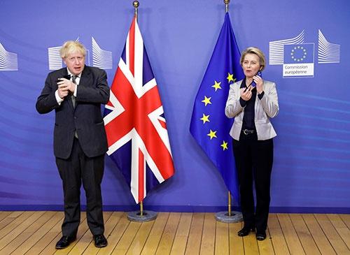 12月9日に英国のジョンソン首相と欧州委員会のフォンデアライエン委員長は、対面会談で通商交渉に臨んだ。その後、交渉決裂が案じられたが24日に両者は合意に至った(写真:代表撮影/ロイター/アフロ)