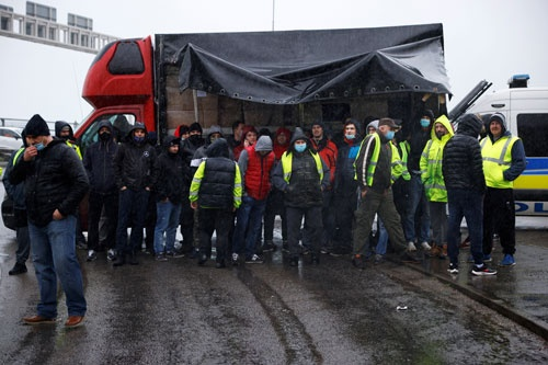 20日夜にフランスが英国からの渡航を禁止、英ドーバー港の近くで4000台ほどのトラックが滞留。運転手たちは車内などで数日間を過ごした(写真:ロイター/アフロ)