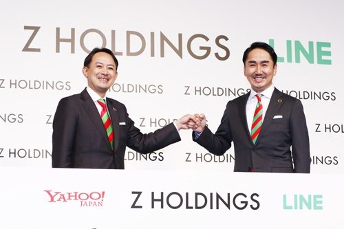 経営統合の完了を発表したヤフーの川邊健太郎社長CEO(左)とLINEの出澤剛社長(写真:竹井俊晴)