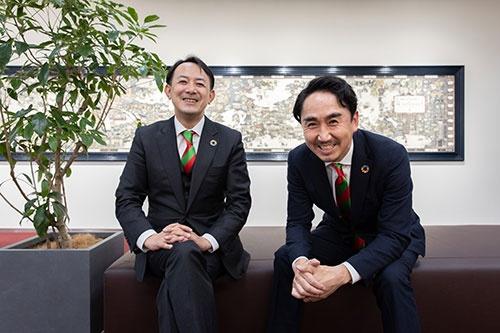 両社のコーポレートカラーのネクタイで揃える、ヤフーの川邊健太郎社長CEO(左)とLINEの出澤剛社長(写真:的野弘路、以下同)