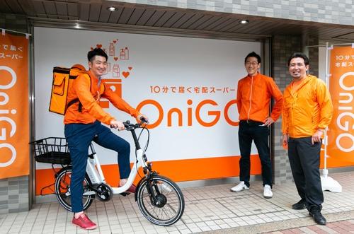 注文から10分配送のダークストアを開業するOniGOの(左から)梅下直也CEO、共同創業者の山本敬明氏と石川拓史氏(写真はすべて的野弘路)
