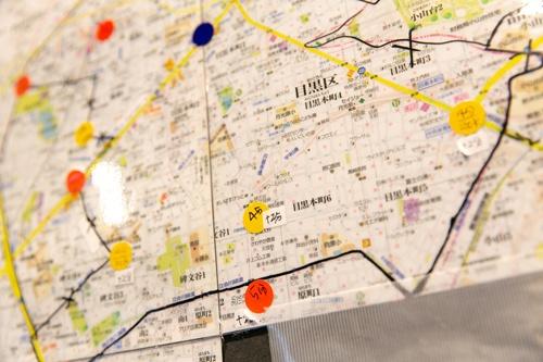 店内に掲示された地図には、エリアごとに自転車で何分かかるか細かく記載されている