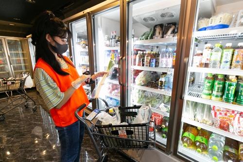 一般的なスーパーに比べると品数は限られるが、野菜や果物などの生鮮食品も取り扱う