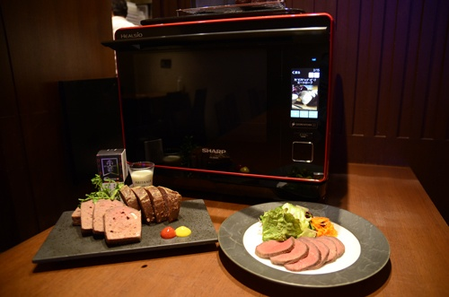 ヘルシオはプロ並みの腕前でローストビーフを調理するという。